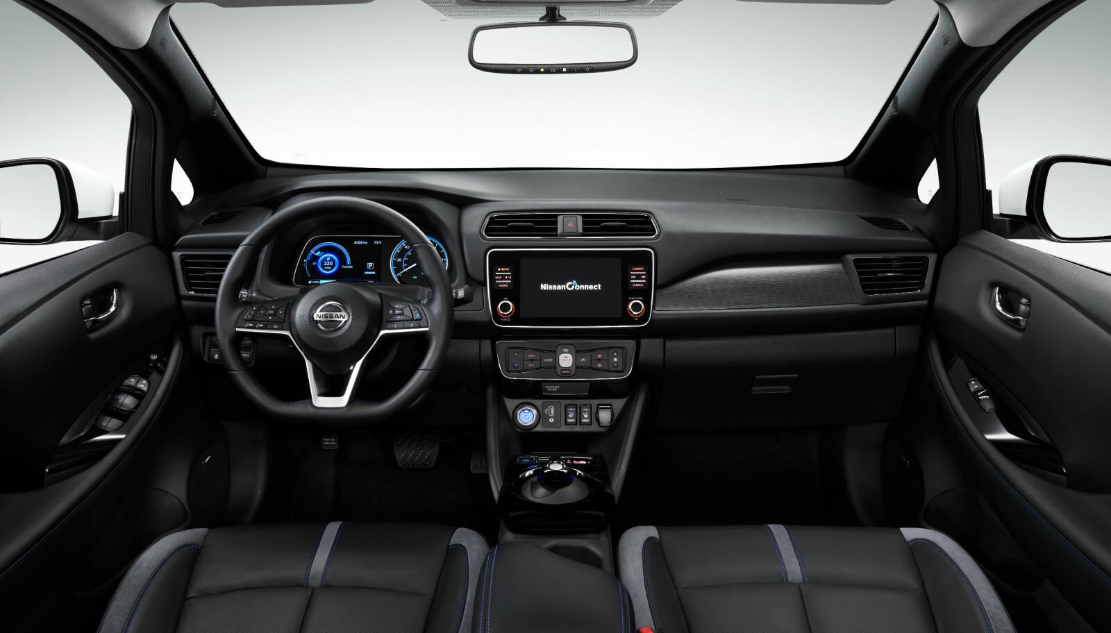 NYTT INFOTAINTMENT: Begge de to nye LEAF-modellene får oppgradert infotainment-systemet med en ny og større 8-tommers skjerm. Systemet har også flere tilkoblede tjenester, som for eksempel dør-til-dør-navigasjon. En helt ny og forbedret NissanConnect EV-app vil også være tilgjengelig med nye LEAF 3.ZERO.