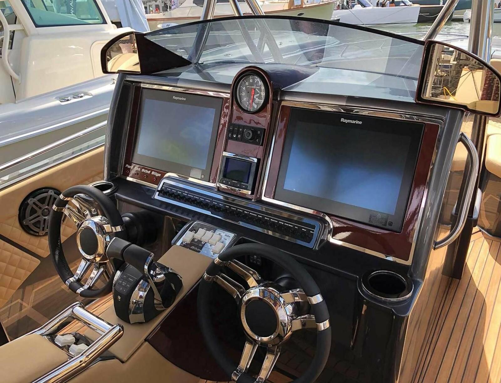 <b>HÅNDVERK:</b> Cockpiten med blant annet to digre Raymarine-skjermer.