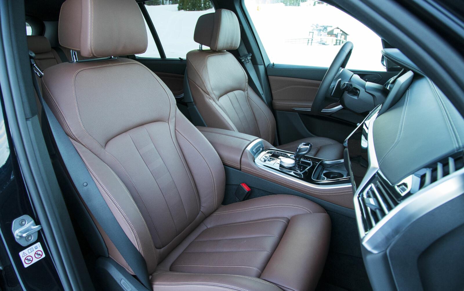 <b>FLOTT SETER:</b> BMW X% har flotte sportsseter i skinn som bidrar til høy komfort og ditto pris.