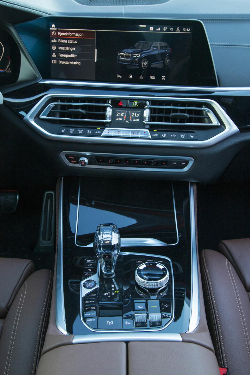 BMW X5 INSTRUMENTER: Heldigitalt dashbord i nye BMW X5, god betjeningsløsning på ratt.