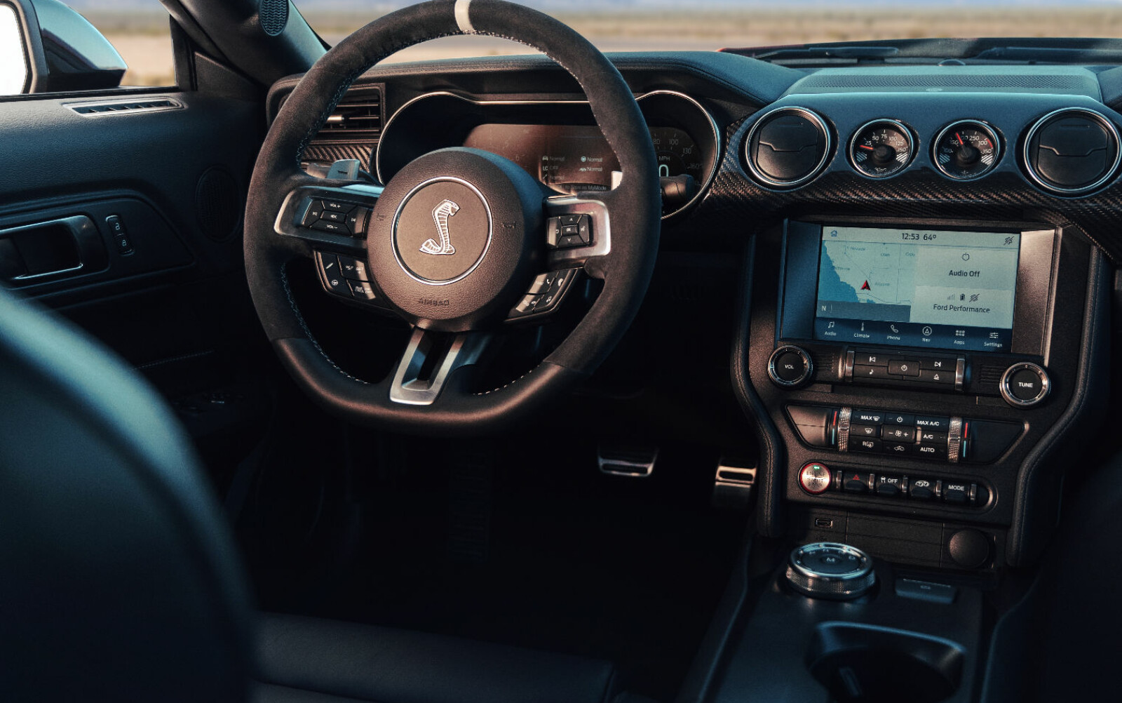 COCKPIT: Kobra-ikonet på rattet forteller at dette er en Shelby.