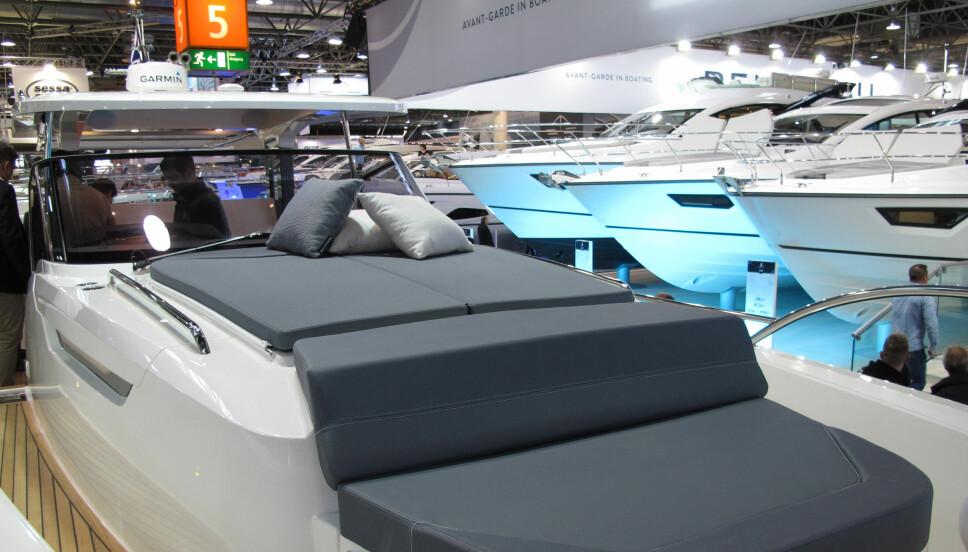 <b>HÅPER PÅ SOL:</b> I baugen har Nimbus T11 en kombinasjon av sitte- og liggeplass for soltilbederne.