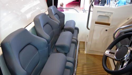<b>TIL TRE:</b> På førerplass er det stoler for tre. Bra at flere kan holde utkikk i så stor og rask båt.
