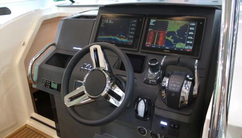 <b>KOMMANDOSENTRAL:</b> To store skjermen gir deg oversikt. Joystickstyring er et bra valg når båten er stor og kommer med dobbeltinstallasjon.