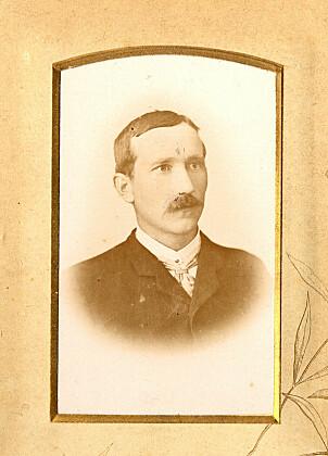 <b>UNG MANN:</b> Dette bildet av Reinert Godtfred Jonassen er fra cirka 1897 -året da livet tok en ny vending for kapteinen fra Farsund.