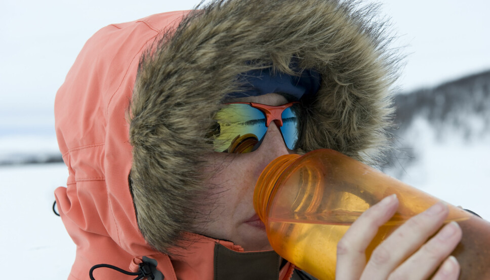 <b>KULDE:</b> Vannflaska blir fort kald om vinteren, men du blir ikke like fort kald av å ta på plast som på metall.