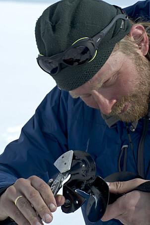 PASS PÅ FINGERTUPPENE: Pass fingrene:  I vårsola går  det fint å håndtere isboret barhendt. I sprengkulde kommer frostskadene omtrent umiddelbart.