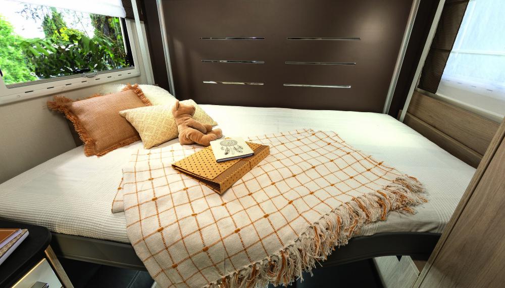 NATTA: Når natten kommer felles dobbeltsengen ned, og sittegruppen blir til et soverom.