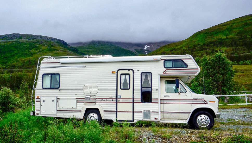 <b>ALKOVE:</b> Alkovebilene har gjerne sengeplass til to i alkoven over førerhuset.