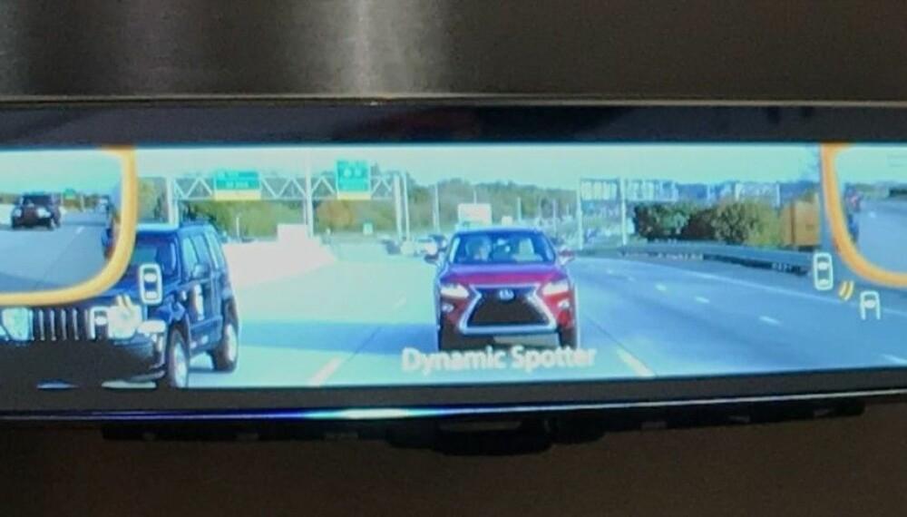SMARTE SLADRESPEIL: Slik kan speilet i bilen din også snart se ut. Kamera på siden, gir oversikt over dødvinkelen.