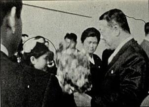 <b>AGENT-TRENING:</b> Hyon-hui ble trent opp over flere år. Her overrekker hun en blomsterbukett til en sørkoreansk delegat i 1976