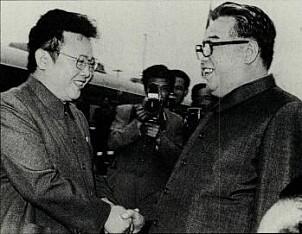 <b>FAMILIE: </b>Kim Il Sung med sønnen Kim Jung-il. Sistnevnte skal ha gitt ordren og er også far til Kim_Jong-un, som styrer Nord Korea i dag.
