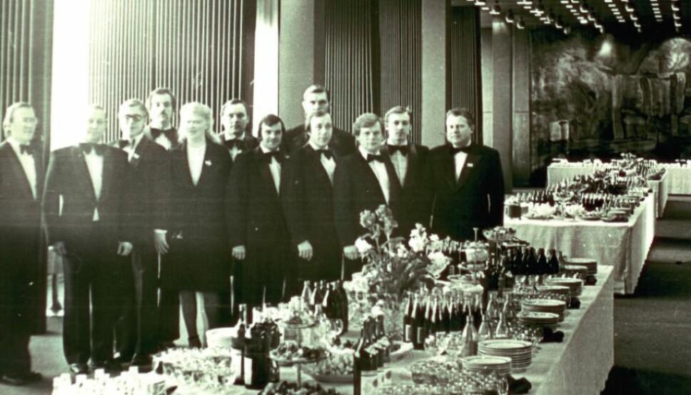 <b>Nøye planlagt: </b>Servitørene fikk utlevert hemmelige bordkart som viste hvor tallerkener og vaser med hemmelige mikrofoner skulle plasseres.