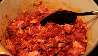 <b>BRYLLUPET: </b>Kjøttet røres sammen med smeltet paprika og smaken blir eventyrlig.