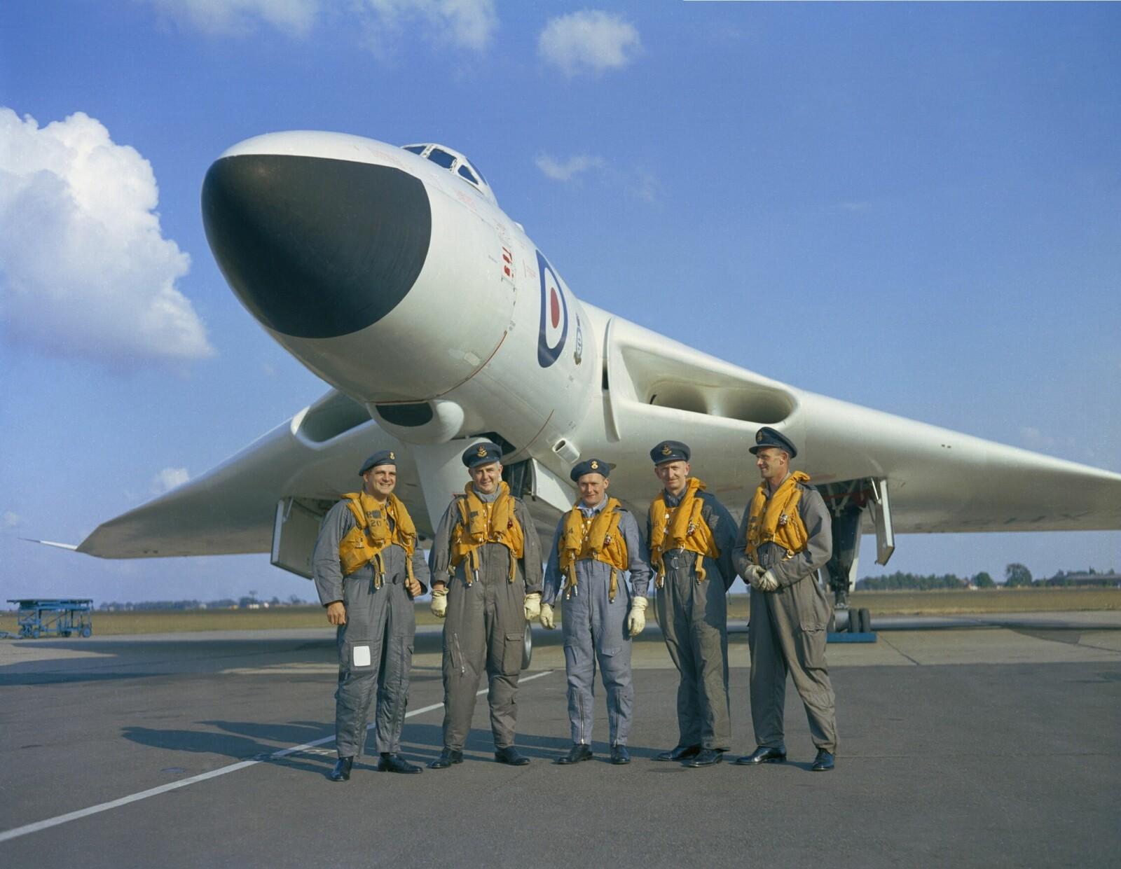 <b>ATOM-BOMBEFLY:</b> En besetningen foran Vulcan-flyet en gang  på 1960-tallet. De første var hvitmalte for å motstå varmen fra atombombene om bord.