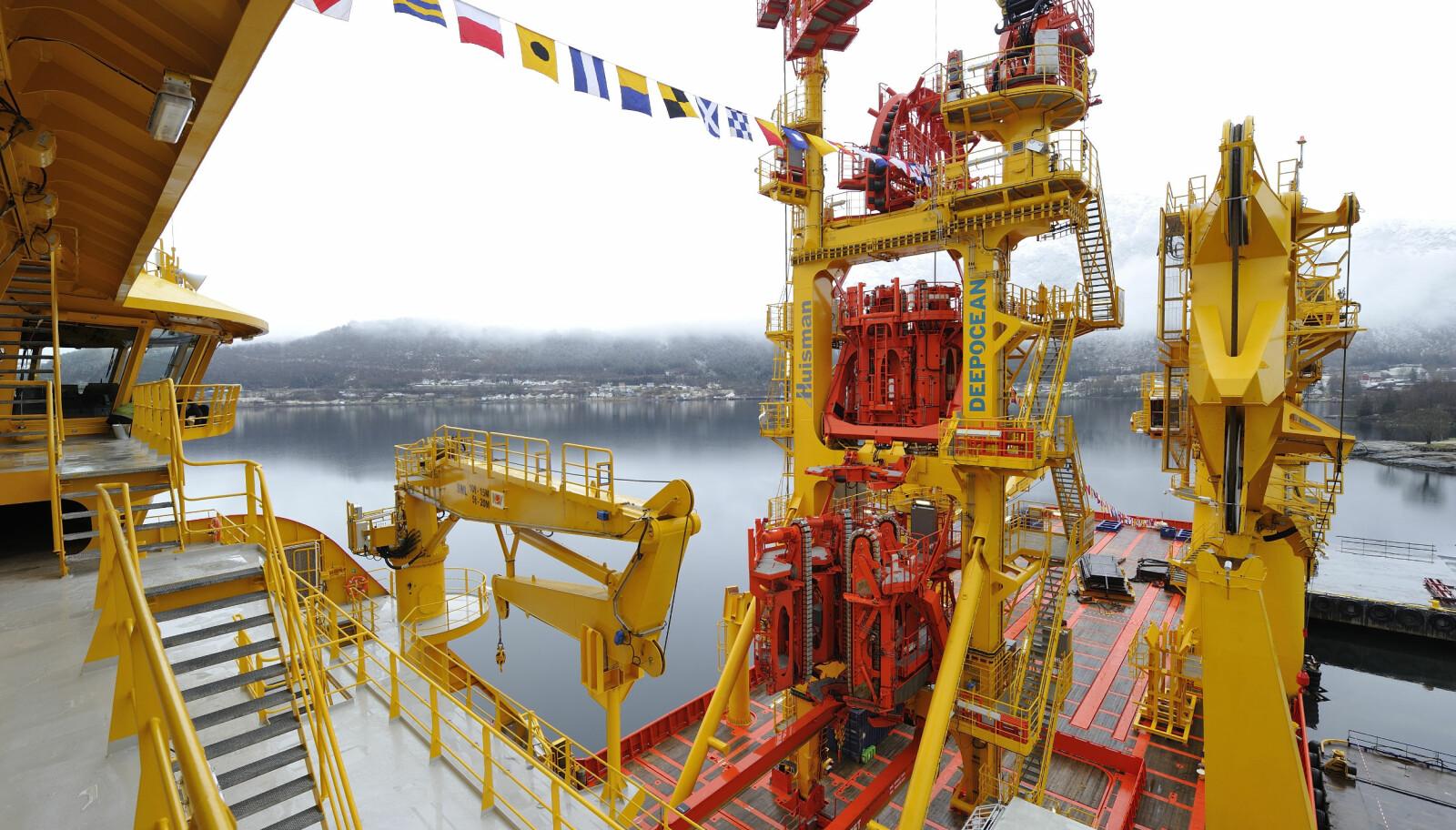 <b>KRAFTKARENE:</b> VLS-tårnet i midten, flankert av skipets to kraner. FOTO: Olav Thokle