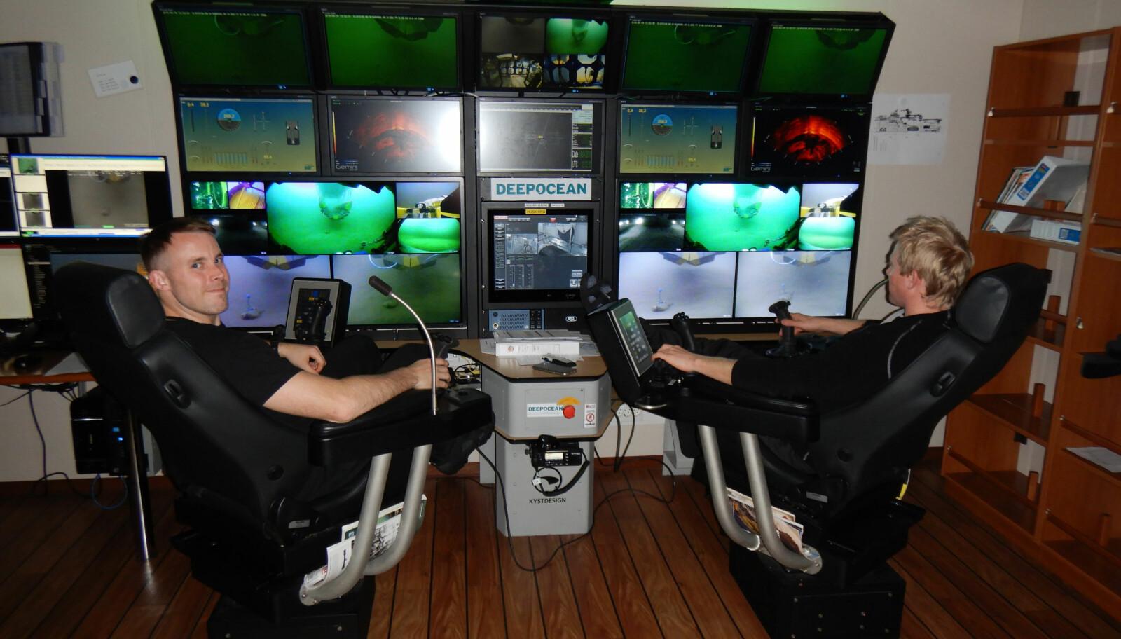 <b>ULTRAGAMING:</b> Kristian Thune og Thomas Bru fjernstyrer ROV-ene. Ansvaret er stort, tabber koster mye penger. FOTO: Edda Freya/Jim-Ivar Berg