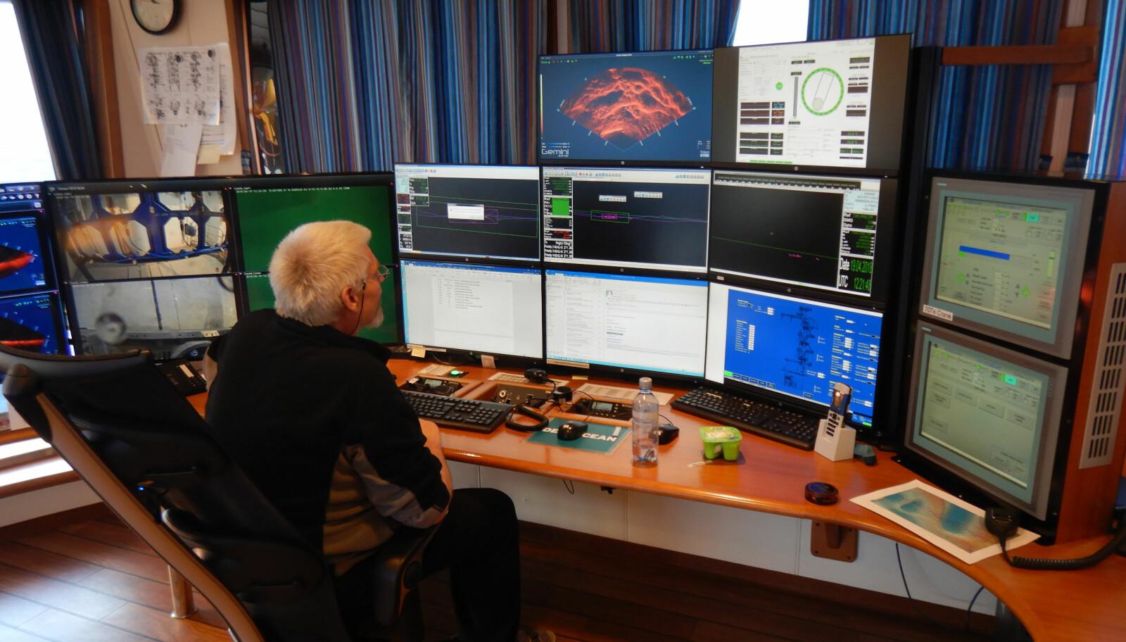 <b>FULL OVERSIKT:</b> Shift-superviser Svein Ove Nilsen styrer operasjonene via skjermer som viser bilder fra alt som skjer.