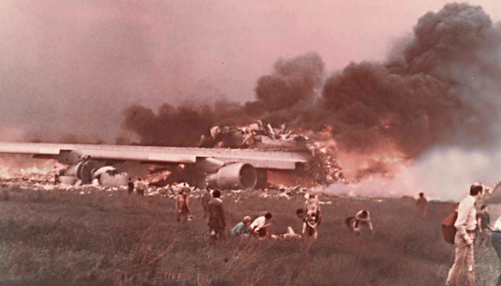 <b>INFERNO: </b>Rullebanen på Tenerife ble omgjort til et inferno, da to fly kolliderte på rullebanen.