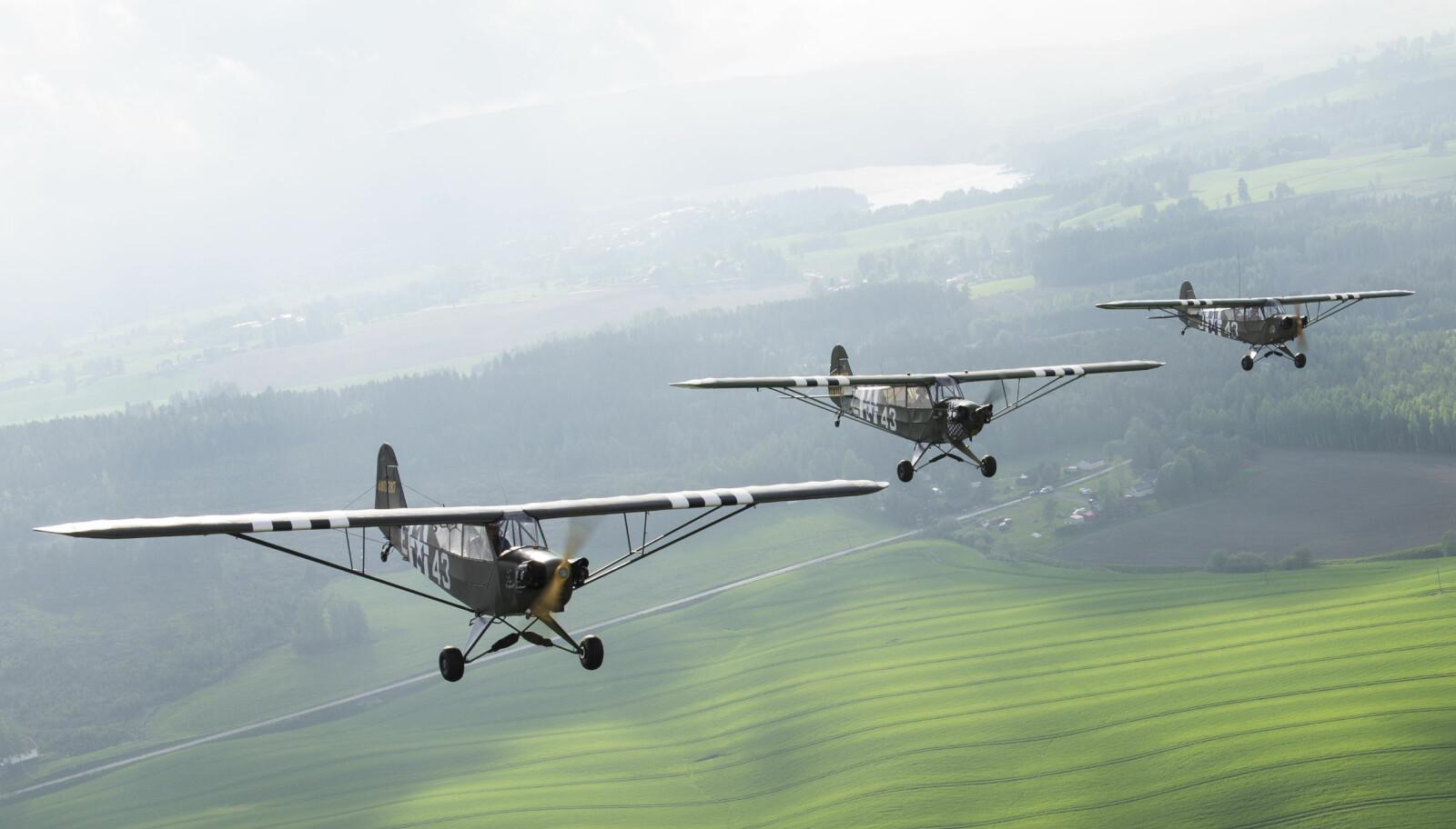 FORMASJON: De tre veteranflypilotene har nettopp blitt sertifisert for å fly formasjoner. Denne kalles «echelon». De tre Cub-ene har alle «invasjonsstriper». Flytypen deltok i operasjon Overlord, men Cub-ene på Kjeller ble alle produsert for sent til å være med under invasjonen i Normandie.