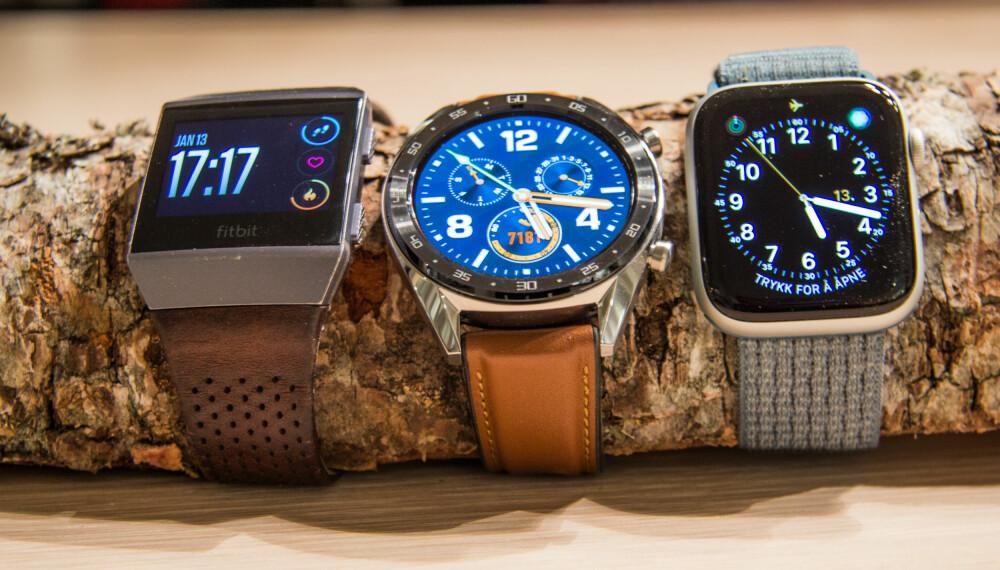 <b>SUPER SKJERM: </b>Watch GT (midten) har en fantastisk skjerm som er både skarp og lyssterk. Den kan lett måle seg både med skjermen fra Fitbit Ionic (venstre) og Apple Watch Series 4 (høyre).