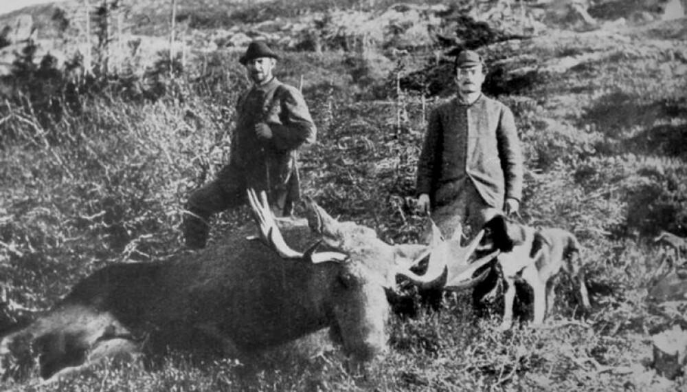 <b>ELGJAKT: </b>Otto Schulz (t.h.) og en jegerkompis på elgjakt.