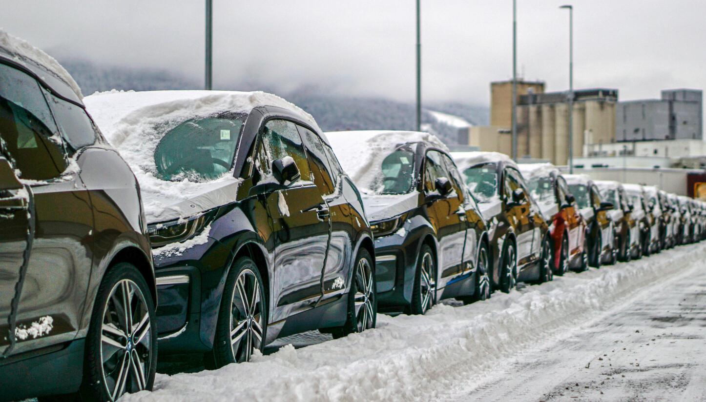 VINTERVENNLIG? En ting potensielle kunder frykter, er at elbilen skal slite i norsk vinterkulde. Her står en rekke BMW i3 på kaia i Drammen.