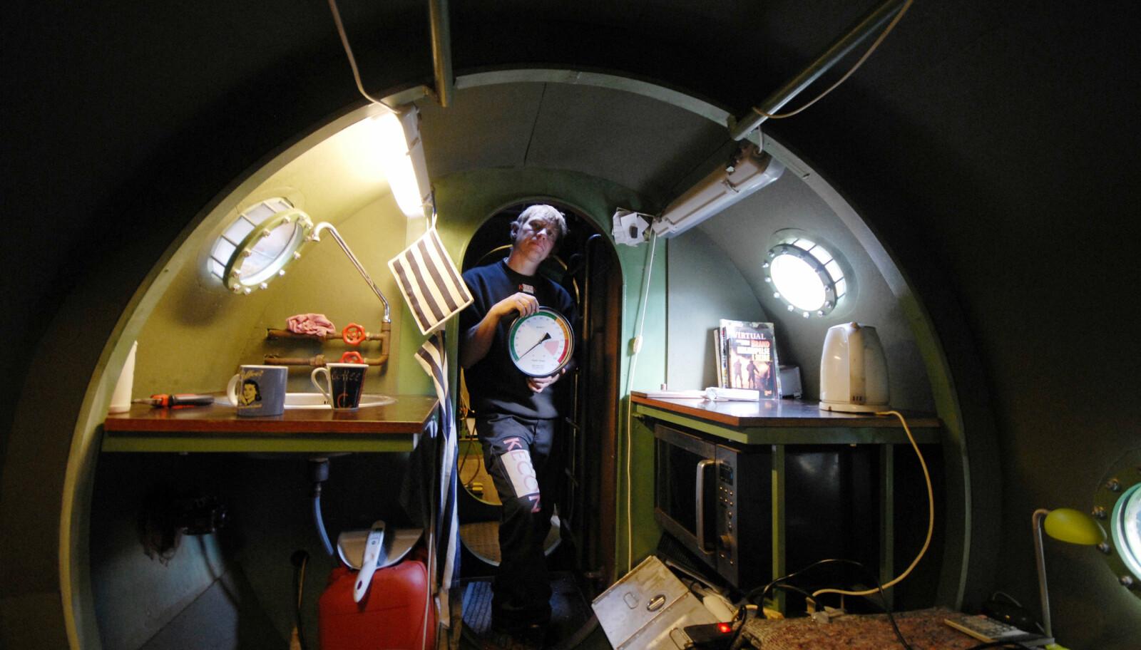 <b>ÅSTEDET:</b> Oppfinneren Peter Madsen holder dybdemåleren om bord i den hjemmebygde ubåten «Nautilus» som han hadde innredet til bolig. Det var her den svenske journalisten Kim Wall senere ble drept og partert.