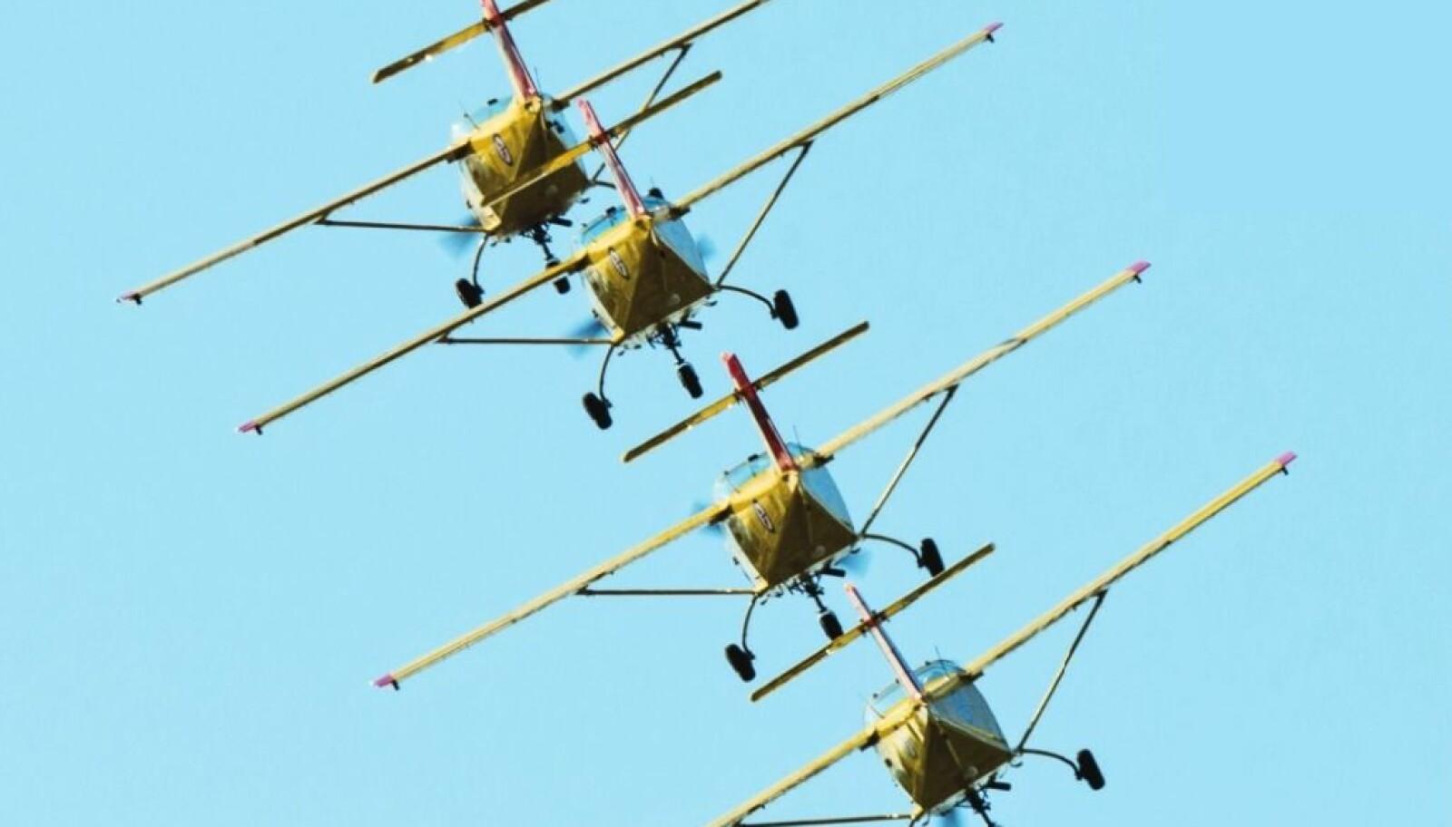 <b>TRANGT: </b>Marginene er små når Luftforsvarets gule «spurver» tar fugledansen på flyshow.