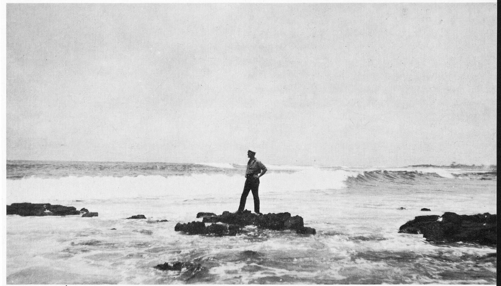 <b>LANGT HJEMMEFRA: </b>En av de norske kolonistene, trolig Thorolf Østmoen, skuer ut over havet. Hentet fra boken «Drømmen om Galapagos»