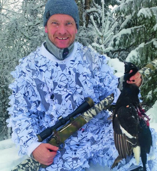 <b>JAKTER FORTSATT:</b> Torkel Skoglund fikk tinnitus i ung alder, men jakter fortsatt skogsfugl takket være en lyddemperhagle fra Hushpower. Her har han imidlertid vært ute med rifla.