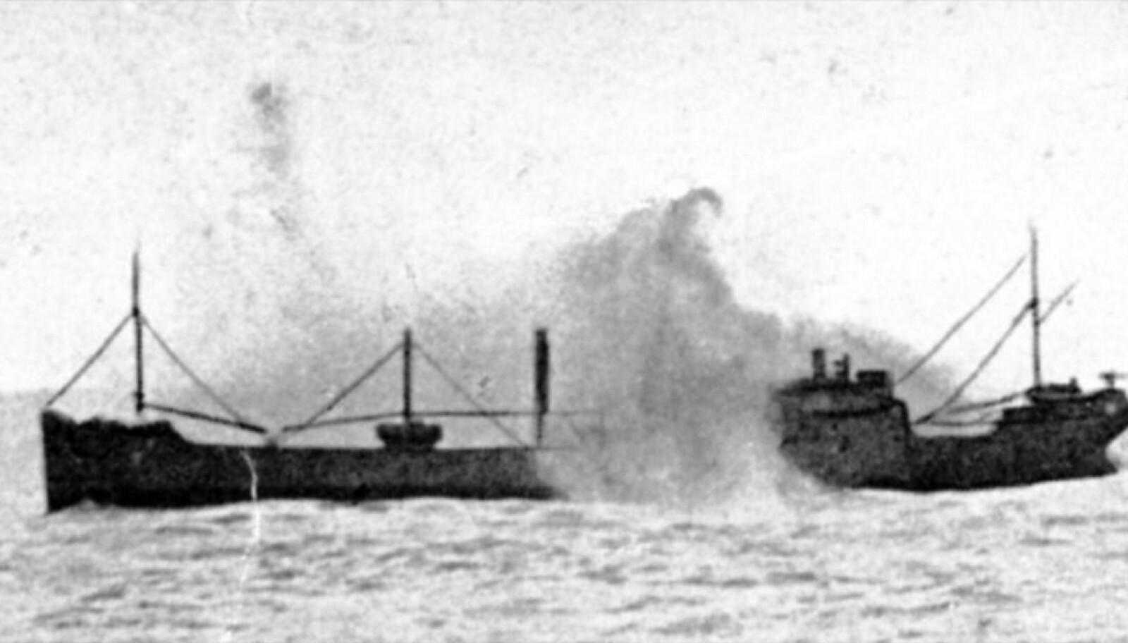 <b>TORPEDERT:</b> Dette bildet er tatt av en krigsfotograf om bord i «Admiral Hipper» (til høyre) og viser torpederingen av det norske handelsskipet. Bildet lånt av Erling Skjold.