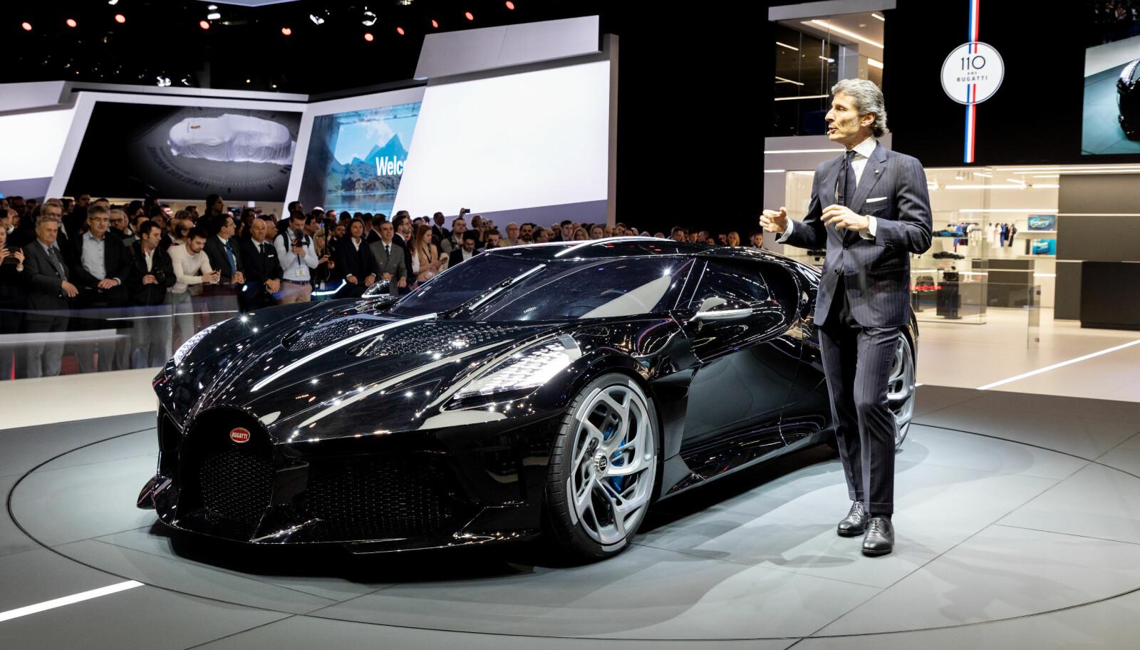 <b>LA VOITURE NOIRE:</b> Den meget sjeldne Bugatti-en ble presentert på Genève-utstillingen av Bugatti-president Stephan Winkelmann.