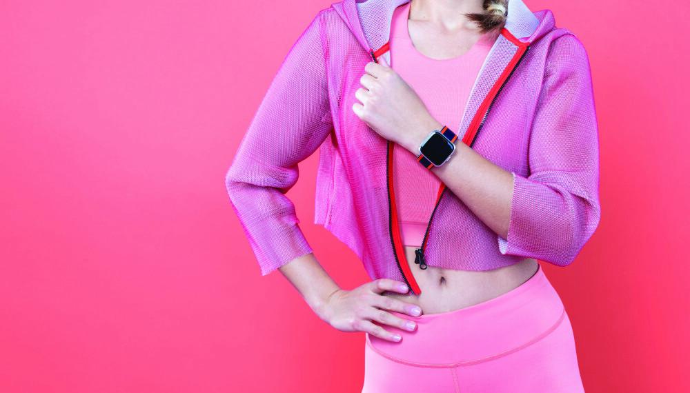 """<b>FASHION: </b>Fitbit satser på """"fashion"""" med sine nye aktivitetsmålere. Her er Fitbit Versa Light med et av mange nye armbånd som kan kjøpes til Versa-modellene."""