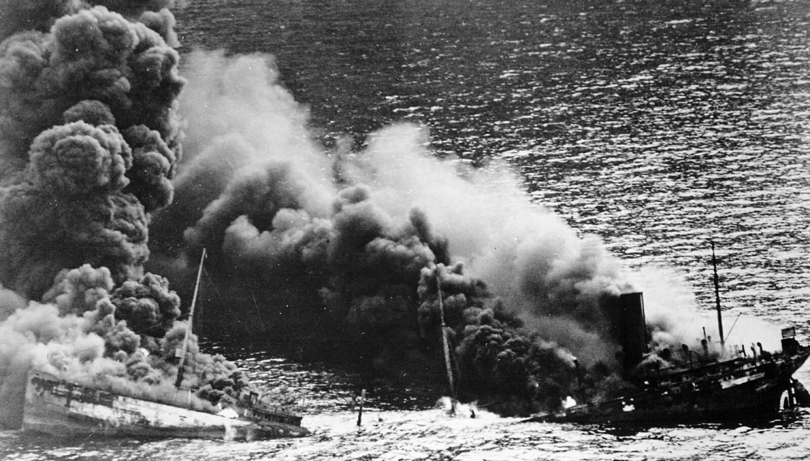 <b>TORPEDERT:</b> Slik så det ut umiddelbart etter at tyske torpedoer hadde truffet et alliert tankskip i konvoifart.