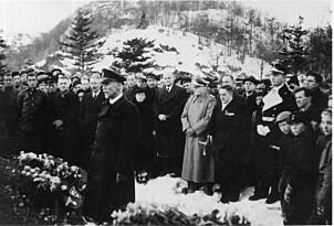 <b>BEGRAVELSE:</b> Kaptein Dau fotografert under begravelsen av de sju tyske matrosene som ble drept.