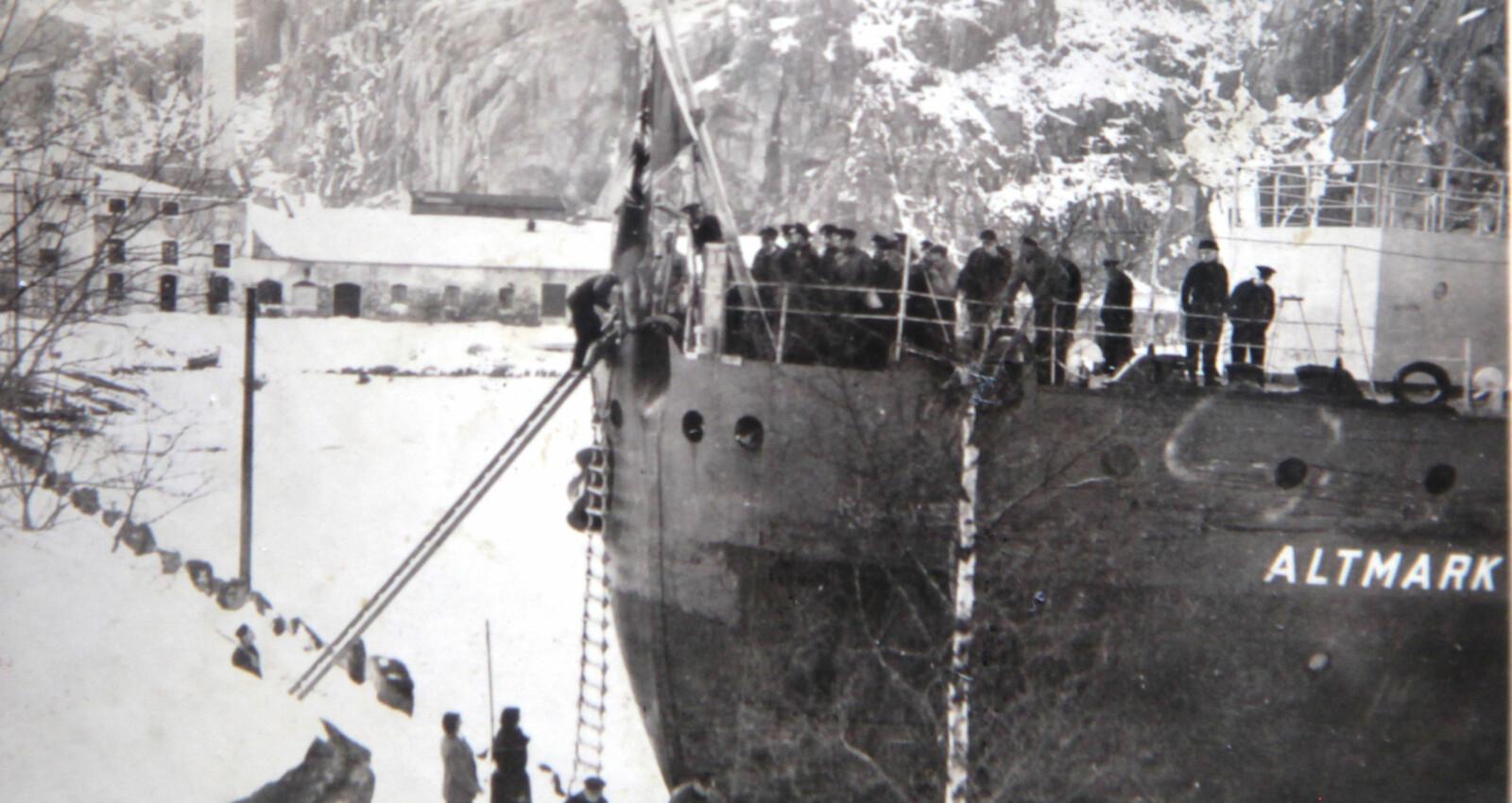 <b>M</b>annskapet ombord gjør klart til å fire i land kistene med de sju drepte sjøfolkene.