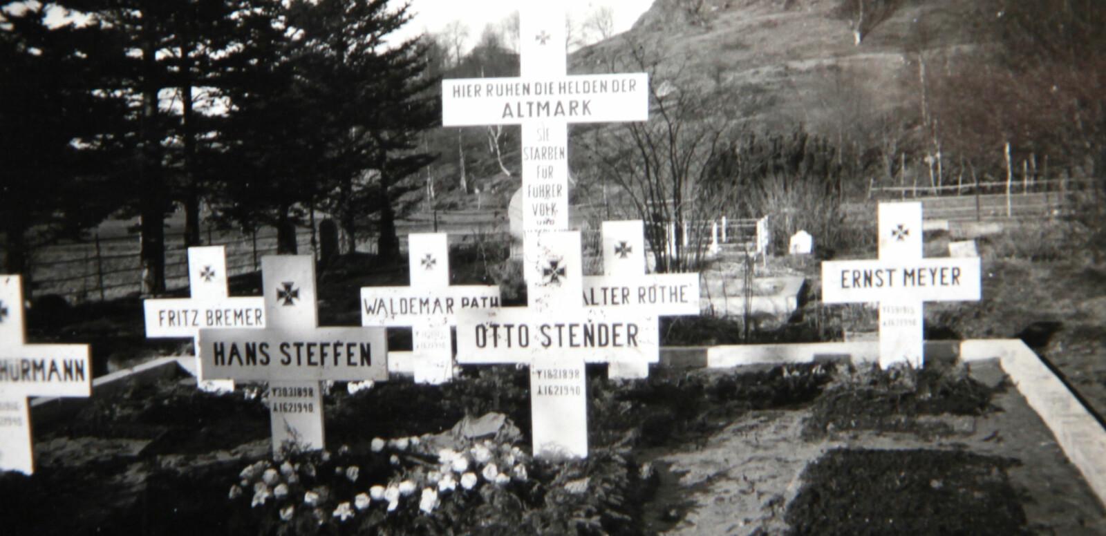 <b>SISTE HVILESTED: «</b>Her hviler heltene fra Altmark» står det på korset som ble satt opp midt mellom de sju gravene på den lokale kirkegården. Det står også at de døde for «fører, folk og fedreland».