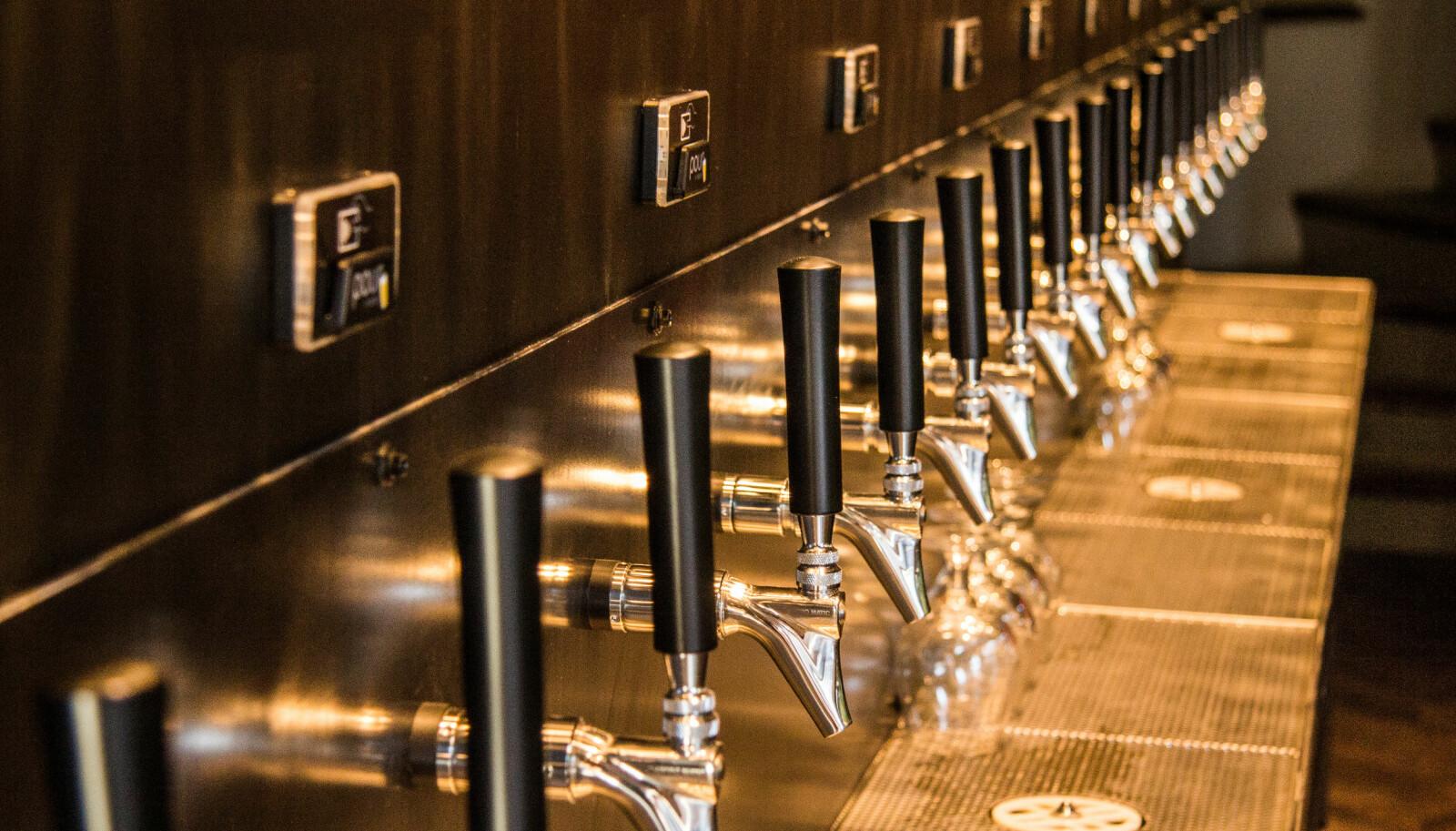 <b>TAPP SELV:</b> 20 tappekraner byr på 20 potensielt ulike smaker. På Heim Hamar tapper du ølet selv.