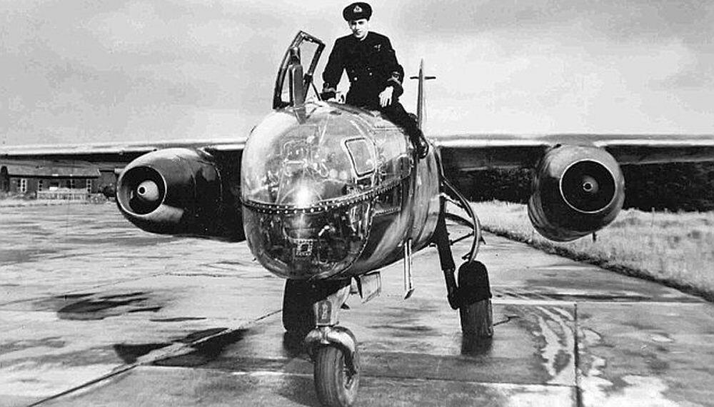 """LEGENDE: Erik """"Winkle"""" Brown var RAFs fremste testpilot og fløy Arado 234 fra Sola til England. Brown fløy totalt 487 forskjellige flytyper, flere enn noen andre."""