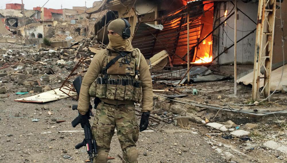 I KRIGSSONEN: Nordmannen i den ødelagte byen Sinjar etter at den ble frigjort fra IS, på jakt etter et skjult våpenlager.
