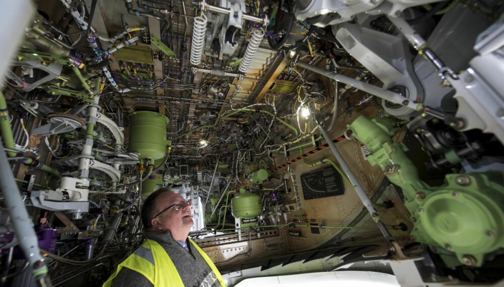 <b>FINN FEM FEIL:</b> Atle Straume finkjemmer flyene på detaljnivå for å avdekke eventuelle feil før kjøpekontrakten signeres.