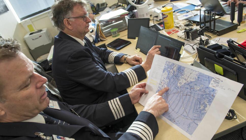 <b>PLANLEGGING:</b> Jan Tore Bjørge viser ruten som er planlagt med hensyn til beste medvind og kravet til å ha en alternativ landingsplass innenfor en times flytid.