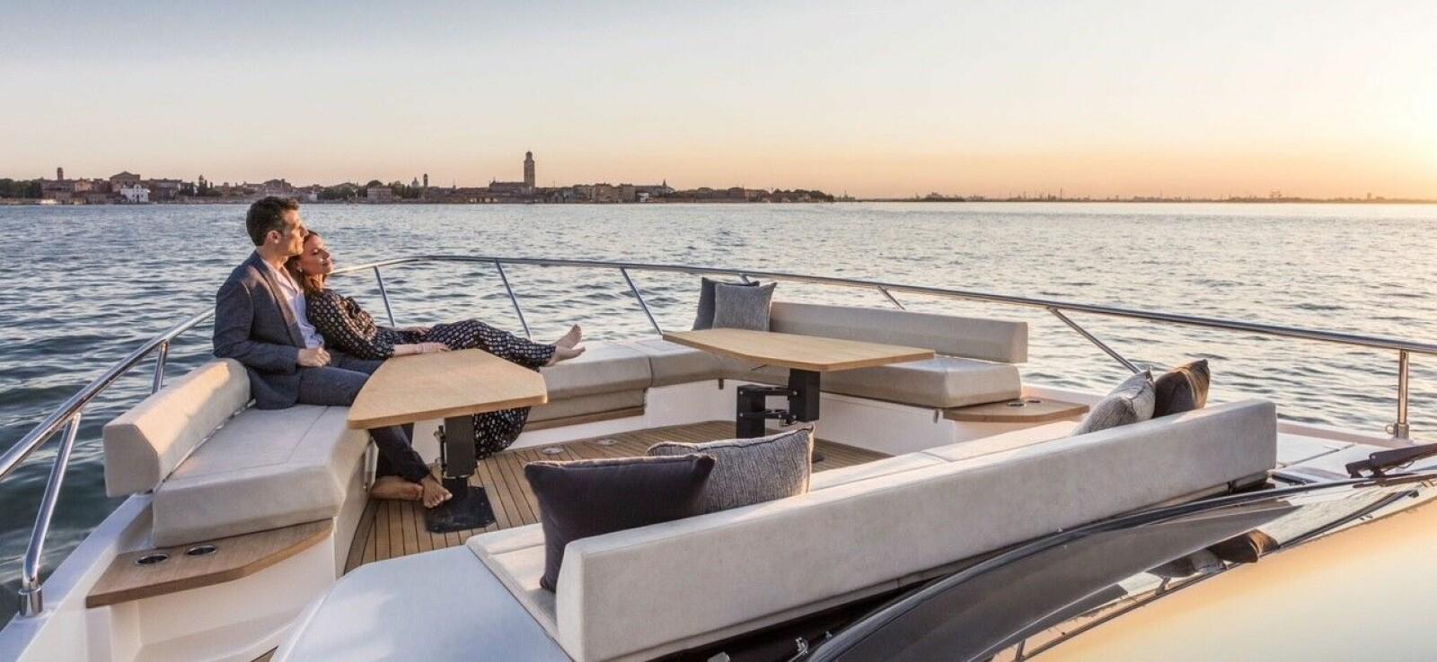 <b>DET GODE LIV:</b> Slik yacht-trenden forlanger er baugen i Ferretti 670 innredet i loungeaktig terrassestil.