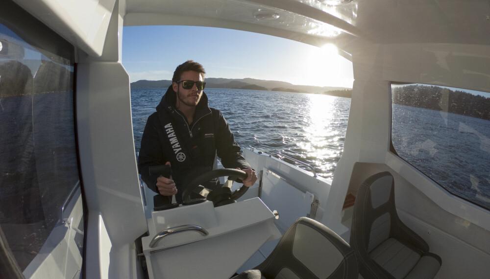 <b>UTE OG INNE:</b> Skyvbart styrekonsoll gjør at du også kan stå ute og kjøre 605 Marlin.