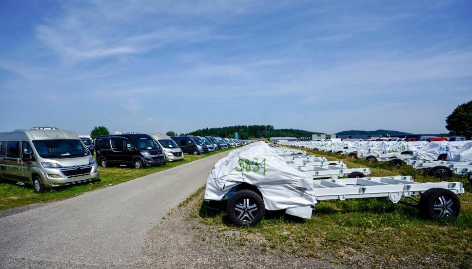 <b>STOR FORSKJELL:</b> På Dethleffs-fabrikken får chassis påmontert boenheter, og varebiler blir campinginnredet.