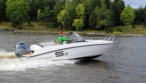 <b>FINNMASTER S6:</b> En stor båt til relativt rimelig pris, og med 150 hk går det i tillegg ordentlig unna.