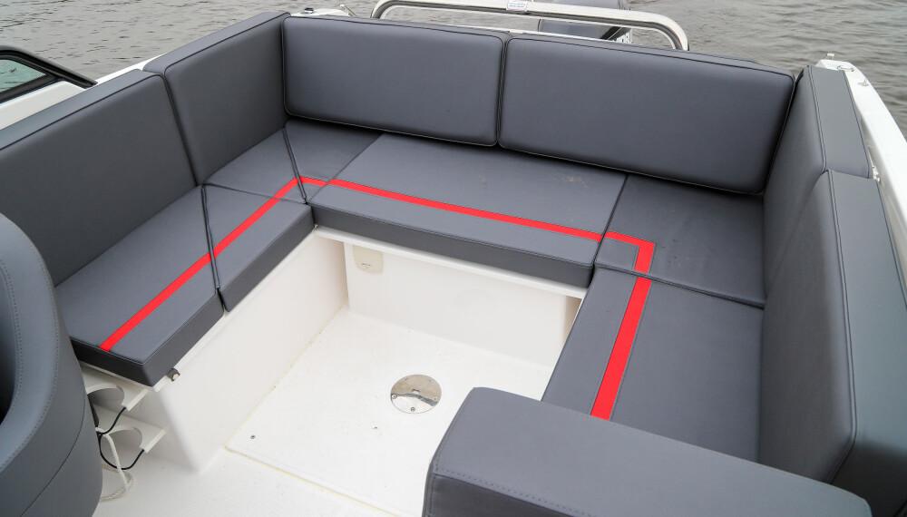 <b>STING 610 DC:</b> U-sofa er den beste måten å få flest sosiale sitteplasser i en 6-meters båt.