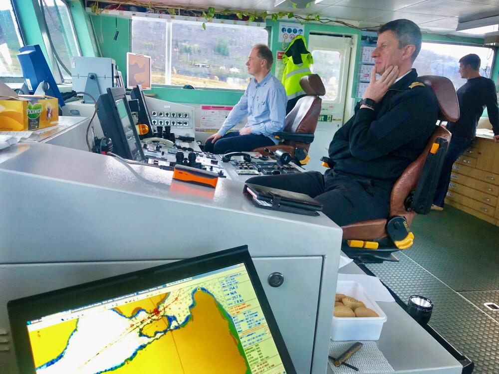<b>TAUST I TIMESVIS:</b> Statslos Bjarne Hals og skipper Denis Kiselev tilbringer time etter time på brua. Gjensidig respekt råder.