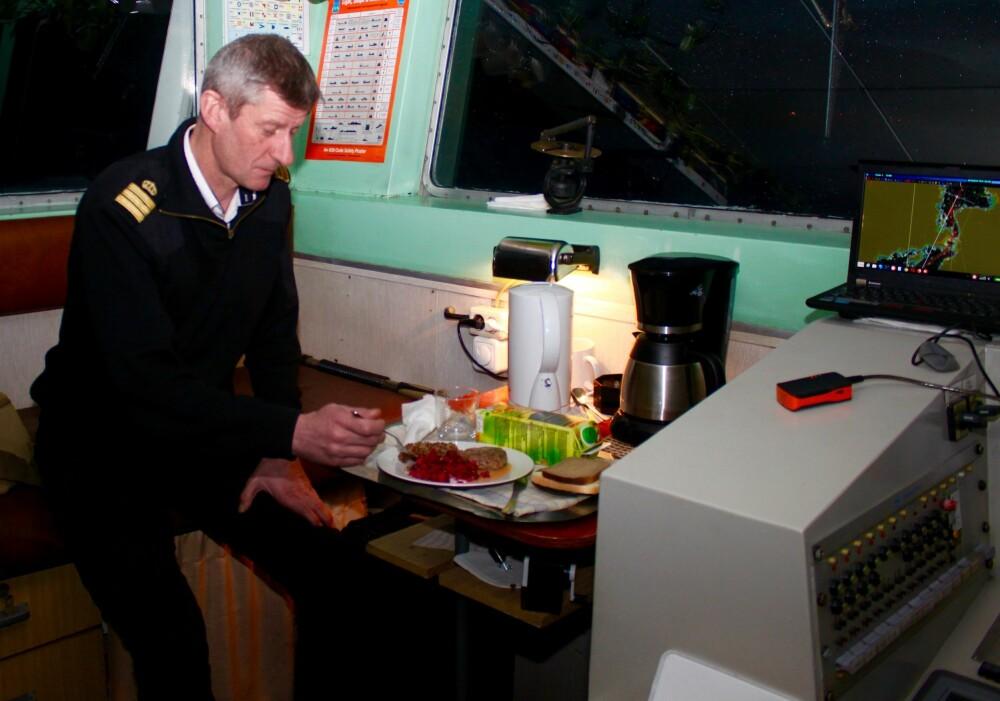 <b>EKSOTISK MAT:</b> Når stuerten har middagen klar litt utpå kvelden, får Hals et brett med russisk kjøttkake,risog grønnsaker mens han samtidig følge med på instrumentene og på leia.